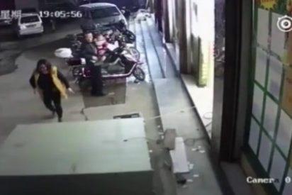 [VÍDEO] El niño que muere aplastado por las taquillas de un supermercado ante su madre