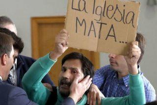 Irrumpe el 20-N en la Plaza de Oriente con el cartel 'Franco Asesino' y le dan la del pulpo