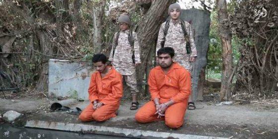 [VÍDEO SIN CENSURA] El niño gafotas del ISIS ejecuta a 4 prisioneros con ayuda de sus colegas