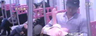[VÍDEO] El pervertido del metro que no quiere enseñar las tetas de su muñeca