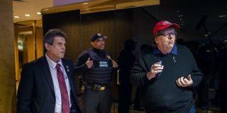 Donald Trump y el servicio secreto dan a Michael Moore hablar con la puerta de la Torre Trump en las narices