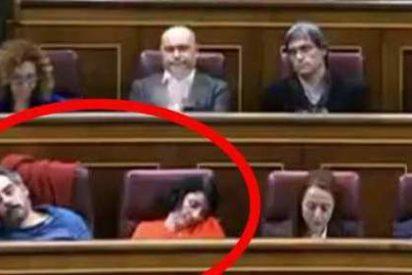 Un soporífero Rufián duerme a dos diputados de Podemos en los escaños del Congreso