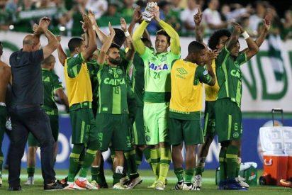 El avión que trasladaba al equipo de fútbol Chapecoense se estrella en Colombia