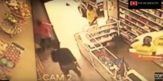 El atroz vídeo de la sexy policía que mata sin pestañear a un loco ratero