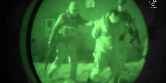 [VÍDEO X] El verdugo 'perdonavidas' del ISIS y su ejecución en masa con gafas de visión nocturna