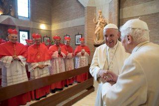 Benedicto y Francisco rezan con los nuevos purpurados