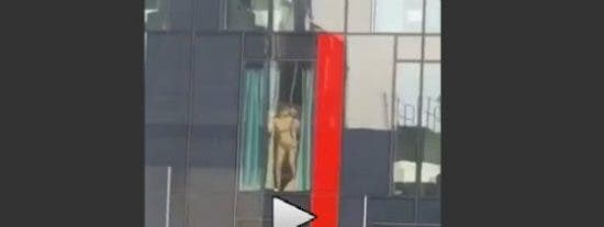 [VÍDEO] La exhibicionista que tiene sexo de lo más retorcido en una ventana