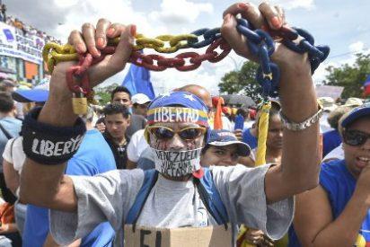 Maduro se baja los pantalones: libera a cinco opositores para que no le den la patada