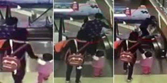 [VÍDEO] La abuela patosa tropieza en una escalera mecánica y mata a su nieto bebé