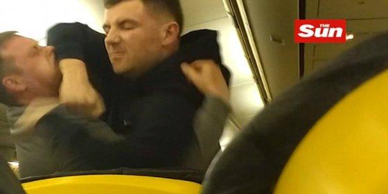 La pelea en un avión de Ryanair a 9.000 metros de altura que obliga a un aterrizaje forzoso