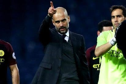 Pep Guardiola le toma el pelo a Claudio Bravo en el entrenamiento