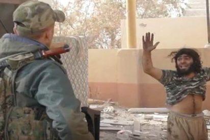 Con este canguelo se rinde el yihadista parlanchín ante los soldados kurdos