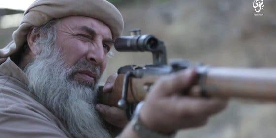 Así de flamenco ejecuta el gitano del ISIS con mira telescópica al cautivo... ¡a menos de un metro!