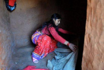 La terrible tradición de aislar a las mujeres mientras menstrúan costó la vida a una niña de 15 años en Nepal