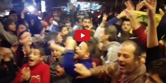 Así salen a las calles los sirios para celebrar la desbandada yihadista en Alepo