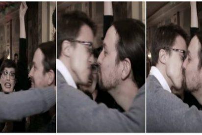 Pablo Iglesias e Iñigo Errejón se dan un sonado morreo... porque se lo pide el programa de Wyoming