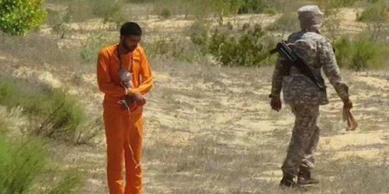 [VÍDEO] El 'espía' egipcio despedazado por una bomba que ISIS le cuelga al cuello