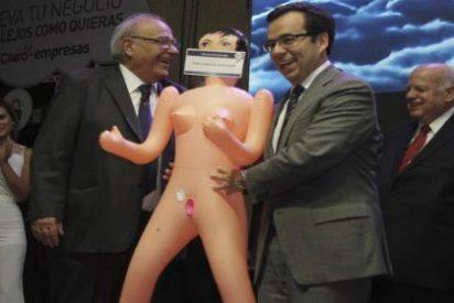 """La muñeca hinchable que le regalan al ministro chileno para """"estimular"""" la economía"""