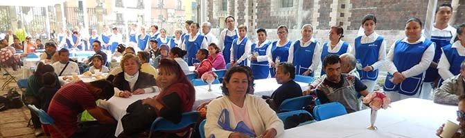 La catedral de México ofrece desayunos a cientos de indigentes