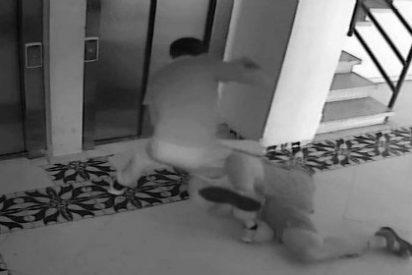[VÍDEO] Le dan una paliza de muerte en su portal para robarle un reloj barato