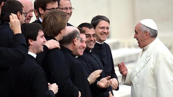 Grupos LGBT, contra el veto de los homosexuales al sacerdocio