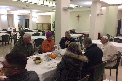 El Papa desayuna con los sintecho el día de su cumpleaños