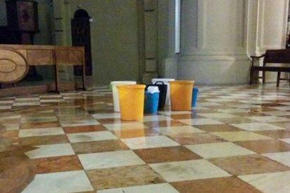 El aguacero provoca goteras en la catedral de Málaga
