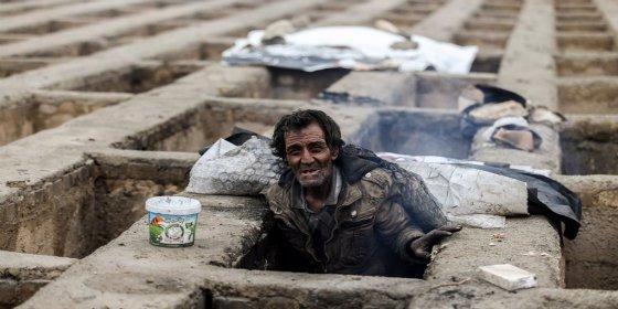 La gente que duerme en tumbas 'arrullada' por los amigos iraníes de Podemos