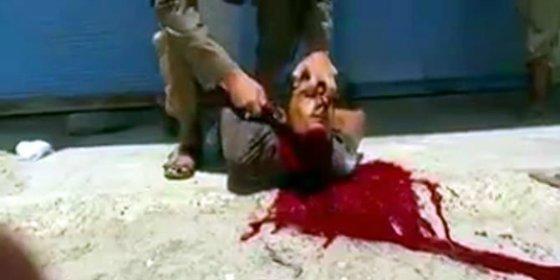 [VÍDEO X] Los dos manazas del ISIS que no saben cortarle la cabeza a un cristiano