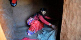La niña que ha muerto asfixiada tras ser encerrada porque estaba menstruando