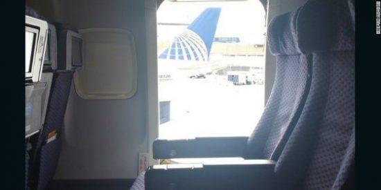 La mujer con prisa que abre la puerta de emergencia y salta del avión
