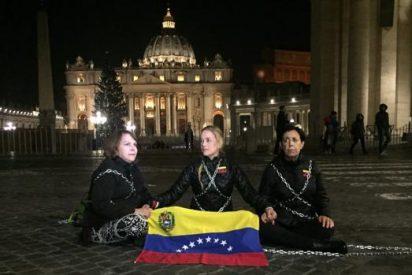 Las esposas de tres disidentes venezolanos se encadenan a las puertas del Vaticano