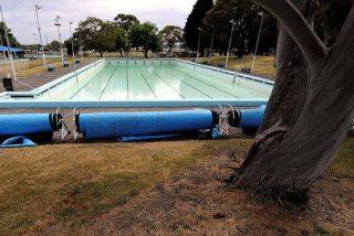 Cuatro sujetos golpean salvajemente al vigilante de la piscina de San Fermín por llamarles la atención