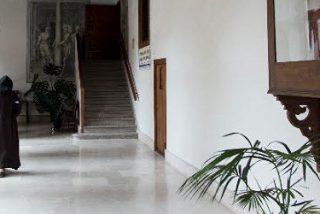España cierra un monasterio al mes