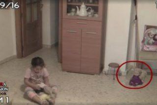 El escalofriante vídeo de los 'fenómenos paranormales' que asustan a una niña en su casa
