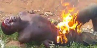 [VÍDEO XXX] La horda musulmana mata al ratero quemándole los genitales... por robar dos huevos