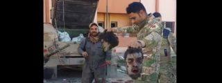 El macabro baile del soldado iraquí con las cabezas de los descocados yihadistas
