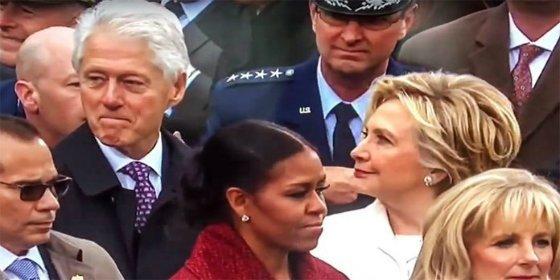 La mirada asesina de Hillary Clinton a su marido... ¡al pillarle desnudando con su mirada a Melania Trump!