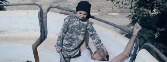 [VÍDEO X] El niño amargado del ISIS que corta cabezas en una atracción de feria