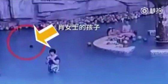 El niño de 4 años que se ahoga en una piscina mientras la madre mira su móvil