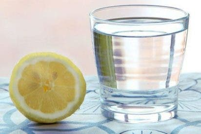 Dieta: los 12 beneficios de beber agua con limón en ayunas y cada mañana