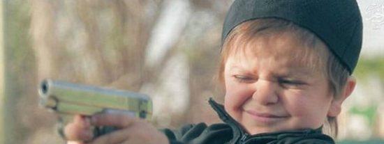El diabólico bebé del ISIS que mata al rehén en un parque de atracciones