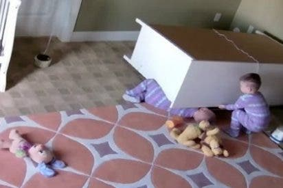 El niño de dos años que salva a su hermano gemelo tras caerle un armario encima