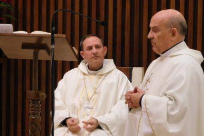 Colegio español de Roma regala un pectoral a monseñor Martínez Varea