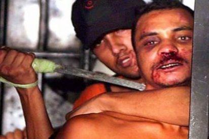 El preso amotinado que sostiene en la mano el corazón todavía palpitante de un rival