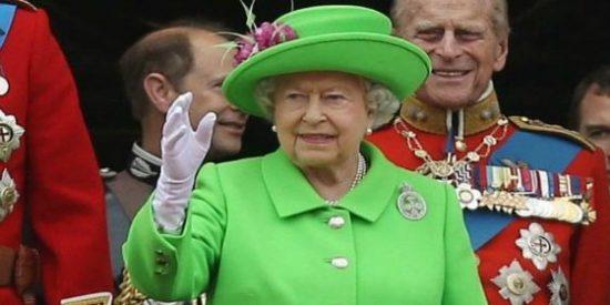 A la reina de Inglaterra casi le pega un tiro un guardia real
