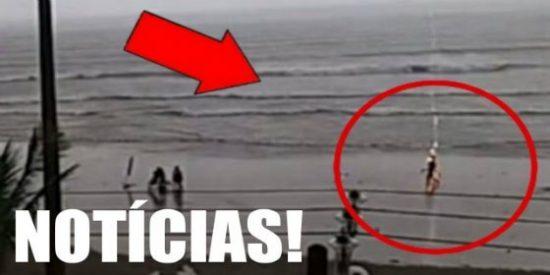 El impactante vídeo de una joven atravesada por un rayo mientras pasea por la playa