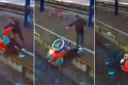 El 'buen samaritano' tira a una anciana en silla de ruedas a las vías del tren y machaca su cabeza