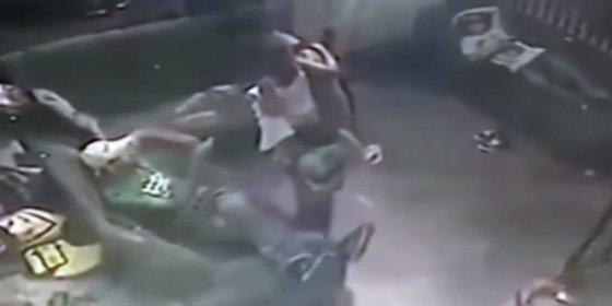 El vídeo del terrible sicario que mata con su hija en brazos a un despistado taxista