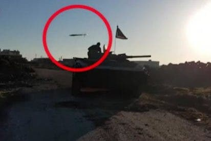 [VÍDEO] El soldado que se salva por centímetros de ser decapitado por un cohete del ISIS